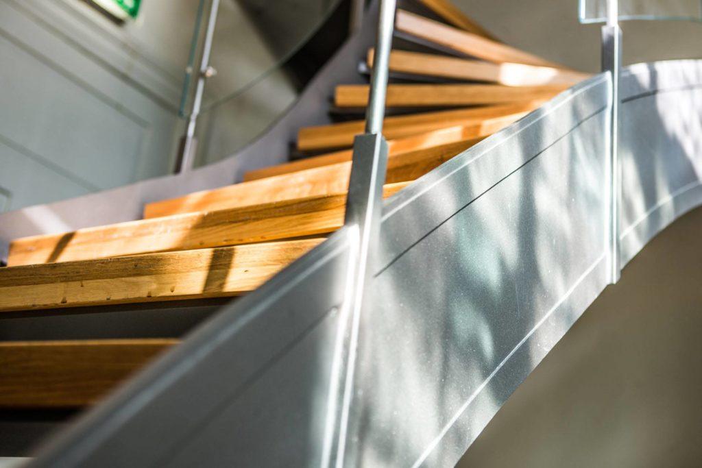 Frihängande trappa stålräcke