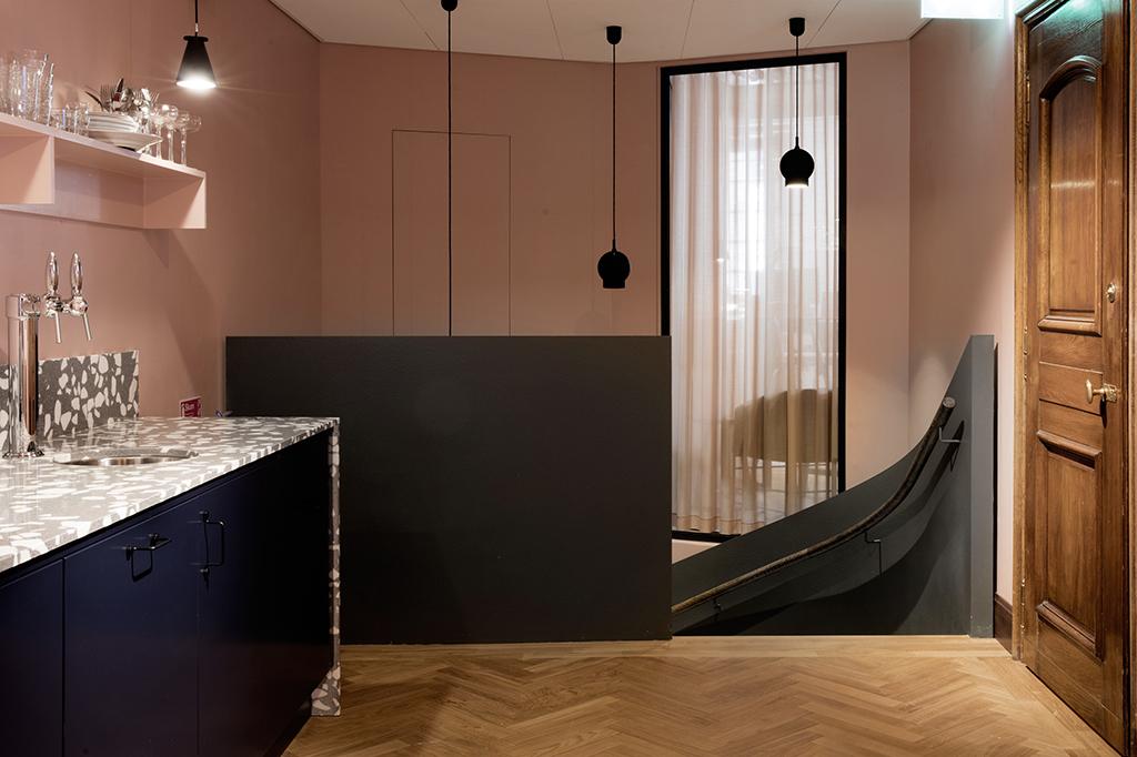 Designtrappa med Terrazzo och träräcke