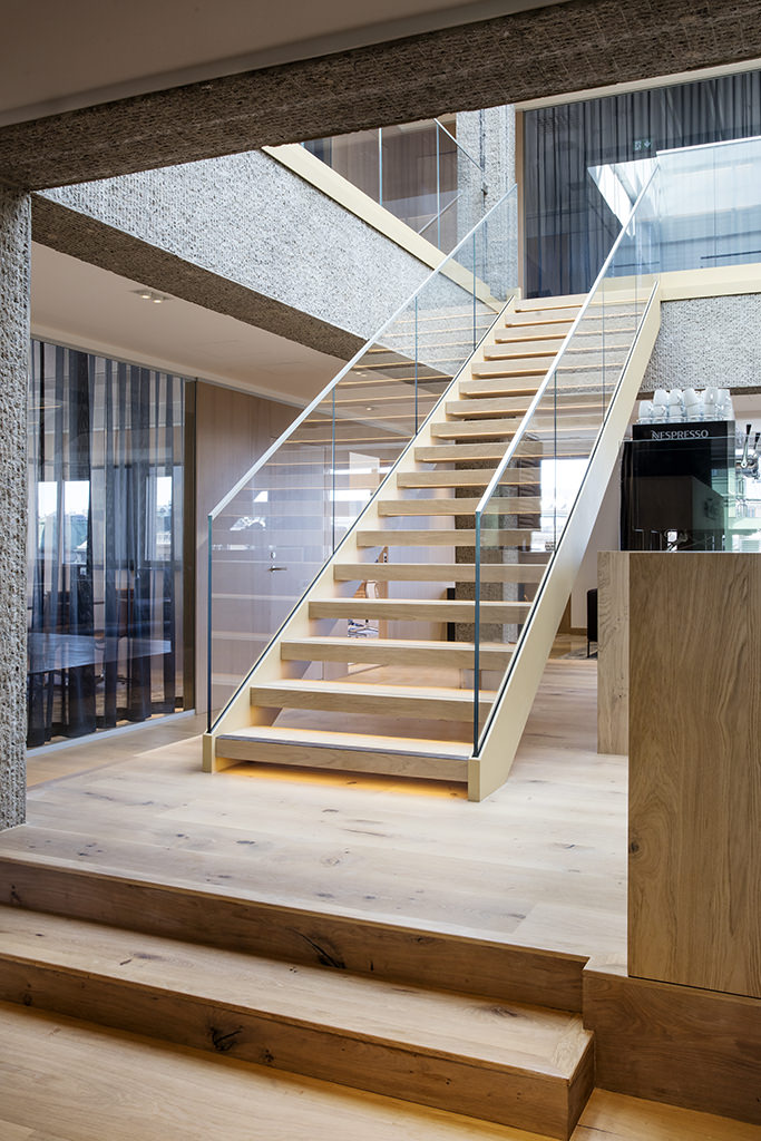 Trappa med glasräcke och inbyggda ledljus