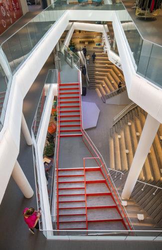Trappa med glasräcke i 3:s (Hi3G Access) nya huvudkontor